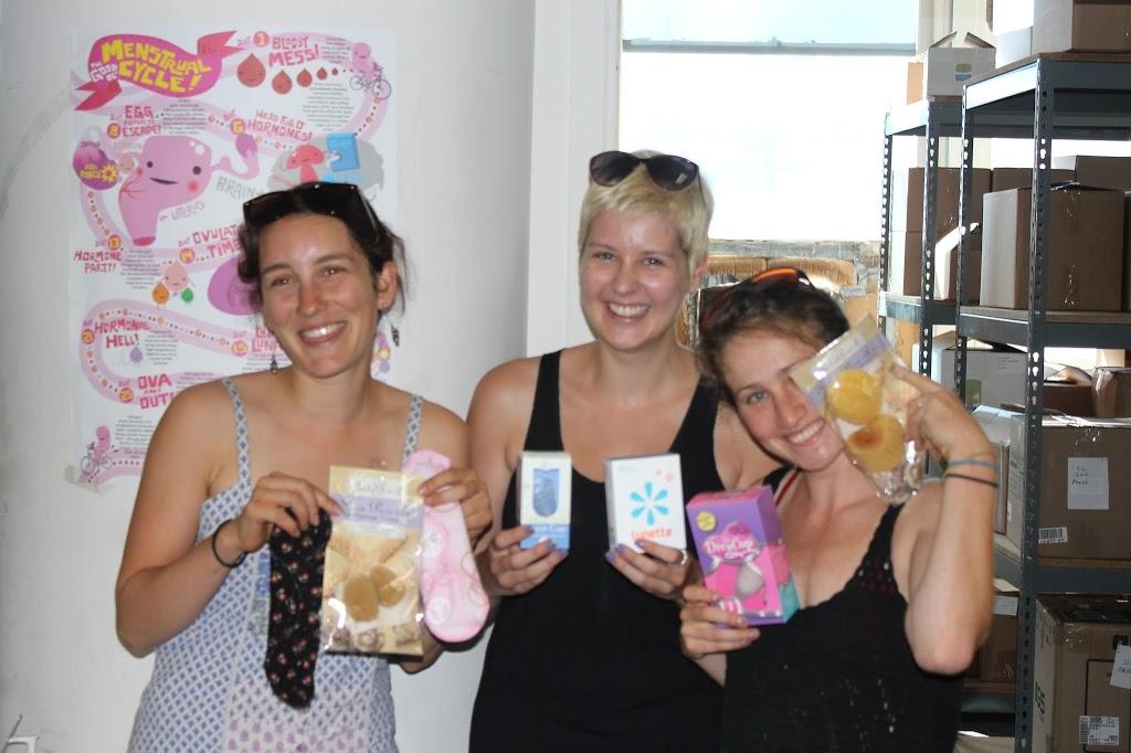 Mujeres con productos para la menstruación y la higiene de chicas