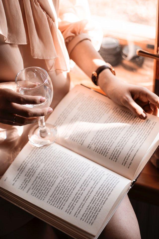 imagen evocadora de literatura erótica para ilustrar los beneficios de leer relatos eróticos